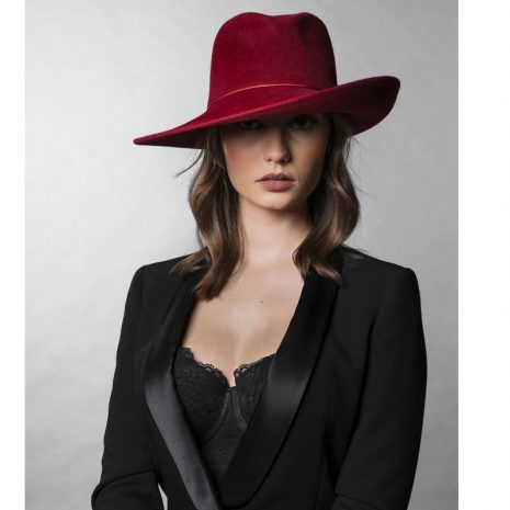 chapeau-rouge-bonnie-femme-is-by-linda-paris-scaled