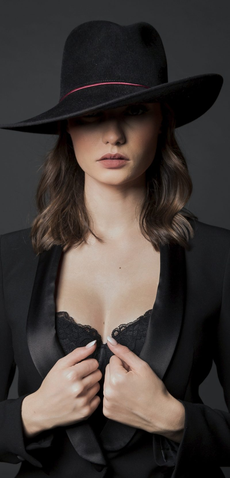 Femme élégante chapeau noir féminin masculin collection BURGANDI PARIS